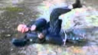Мент катается на детском велике и затем падает с него
