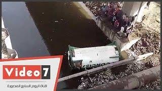 بالفيديو.. سقوط سيارة نقل من أعلى محور أكتوبر