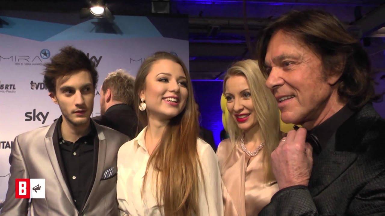 BUNTE TV - NewsFlash: Joelina Drews - Red-Carpet-Auftritt mit Freund und Eltern!