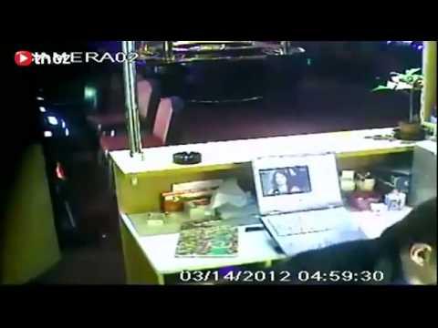 Cướp tấn công quán bar của người Việt