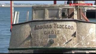 El Puerto, El vaporcito Adriano III es reflotado tras casi un mes hundido en el muelle de Cádiz
