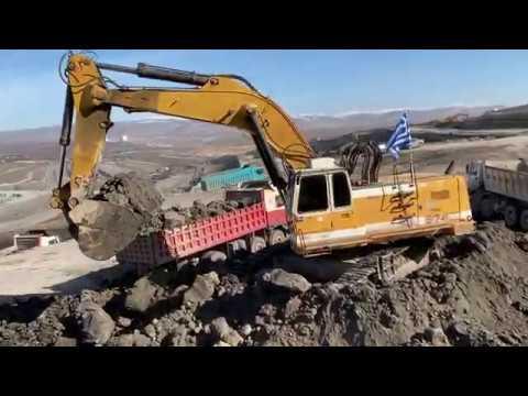 liebherr-974-excavator-loading-trucks