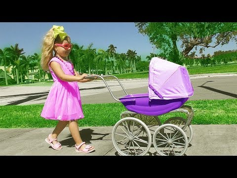 Diana caminha com sua boneca e encontra surpresas LOL