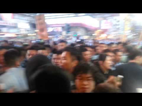 Occupy Hong Kong - Mong Kok Clearance: A man gets yelled at for not moving and there's a reason why.