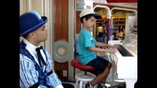 6 Year-Old Plays for Alan Thompson Jr., Ragtime Piano Player at Disneyland
