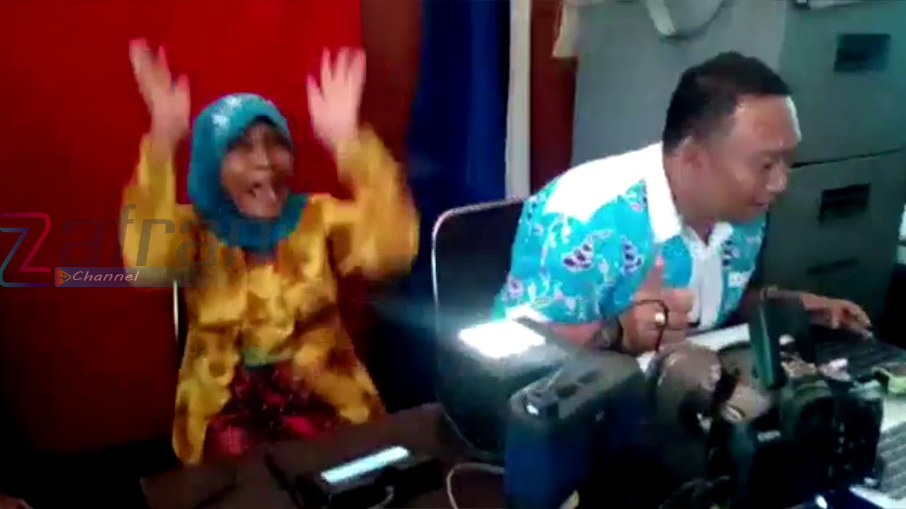 Gokil Nenek Nenek Ini Lucu Banget Bikin Ngakak Saat Pemotretan