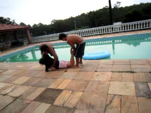 Jogando a Nana na piscina