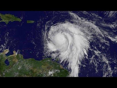 Furacão Maria atinge nível cinco e toma terra na ilha de Dominica