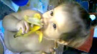 Geovana comendo banana