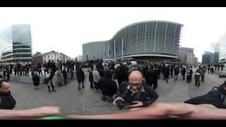 Видео 360: в Брюсселе прошла минута молчания в память о жертвах взрывов(RT представляет панорамное видео минуты молчания в память о жертвах взрывов в Брюсселе. Подписывайтесь..., 2016-03-23T14:27:54.000Z)