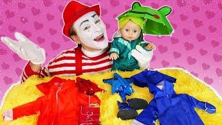 Видео для детей – Кукла Беби Бон выбирает зонтик и курточку - Онлайн игры одевалки с Baby Born