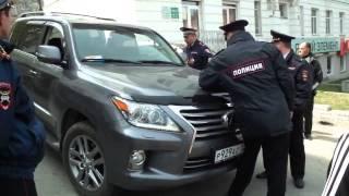 Водитель внедорожника готов снести полицейских(Мужчина пытается выехать на дорогу не обращая внимания на идущих людей Видео: Алексей Мартын., 2015-05-02T12:56:57.000Z)
