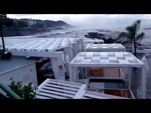 Salerno: la violenta mareggiata si abbatte sul nuovo Solarium in Piazza della Concordia