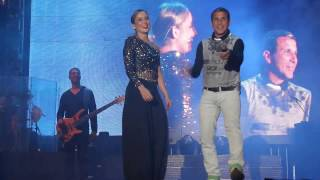 Eri Jonshon brinca no palco com  Claudia Leitte no Axe Brasil