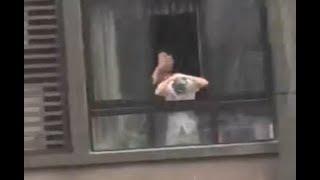 Hilarious! Man Washes Hair in Heavy Rain 神操作!瓢泼大雨中男子高楼探身洗头
