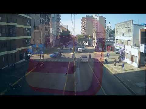 Violento choque entre un auto y una moto en calle 25 de Mayo y Belgrano, gentileza de canal 9