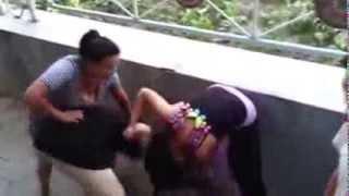مشاجرة بنات في الشارع وتركوها عارية في الشارع