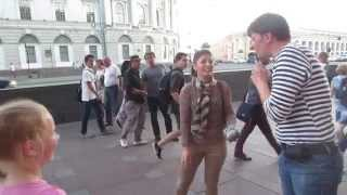 Девушка из Ирана берёт уроки жонглирования булыжниками на Невском проспекте!