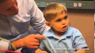 Bambino sordo dalla nascita, ascolta per la prima volta la voce del padre