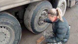 как девушка будет менять колесо на фуре!