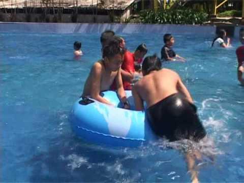 wisata-air-theme-park-pantai-cermin-diserbu-pengunjung