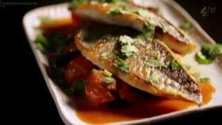 Рецепт от Гордона Рамзи - Дорада с травяным соусом и томатами