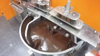 Мини производство шоколада. Мельница для перетирания какао бобов