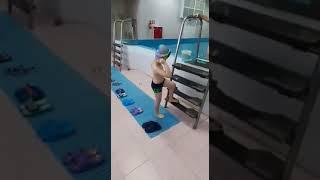 Кирюша учиться плавать