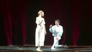 """Солист оперного театра сделал предложение балерине на сцене после """"Ромео и Джульетты""""."""