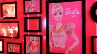 Sofás cor-de-rosa e mesas em forma de salto alto. Os fãs da Barbie ...
