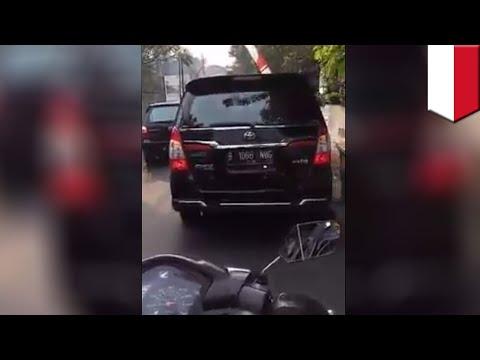 Video viral emak-emak ngamuk ke mobil Anies Baswedan yang bikin macet - TomoNews