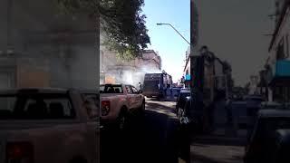 Humo de un camión de recolección de residuos