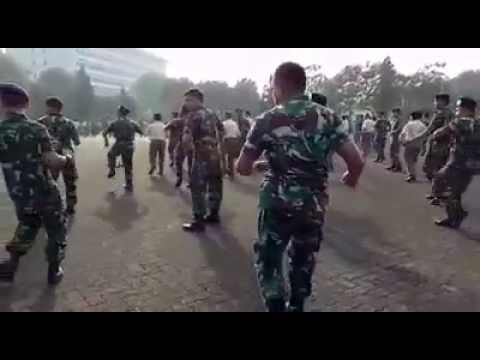 Anggota TNI goyang GEMU FA MIRE