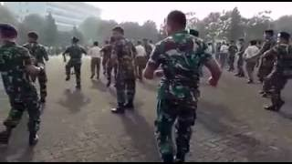 Video Anggota TNI goyang GEMU FA MIRE download MP3, 3GP, MP4, WEBM, AVI, FLV November 2017