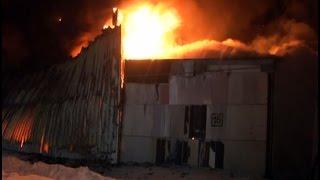 Дотла сгорел цех по производству пластиковых окон и дверей.MestoproTV(В субботу вечером в Железнодорожном округе дотла сгорел цех по производству пластиковых окон и дверей,..., 2015-02-03T07:40:05.000Z)