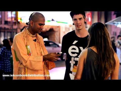 How To Distribute Gita | Gita Marathon | Gita Distribution To A Nice Looking couple | Indian Wisdom