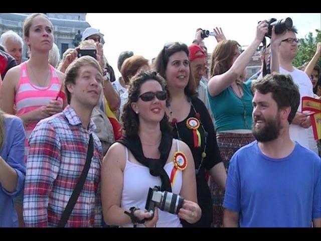 Miles de ciudadanos asisten al saludo de Felipe VI