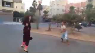 بنت لابسة عباية و تحدي كورة مع ولد