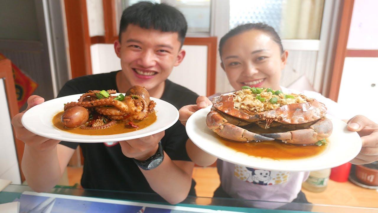小章带表侄体验渔家乐生活,吃海鲜大餐,酱香章鱼,红烧鳗鱼,看着就馋人【赶海小章】