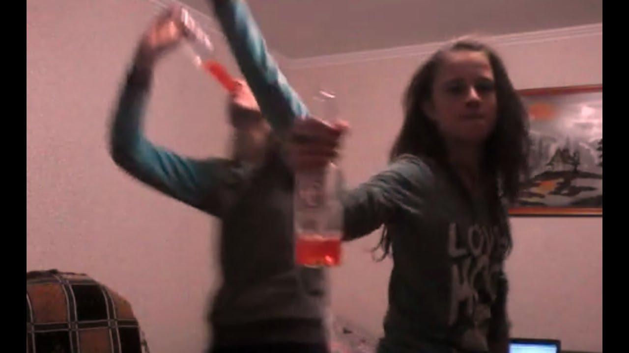 Девочки танцуют на камеру