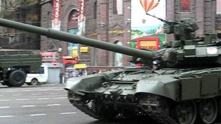 РУССКИЙ ТАНК Т-90 ПРИПАРКОВАЛСЯ ! RUSSIAN T 90 PARKED, PARKING TANK.ПРИКОЛ !