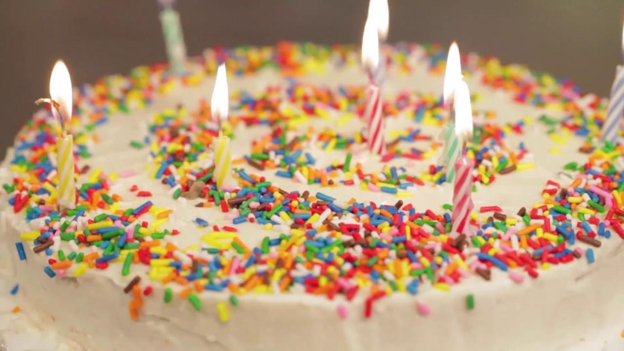 Torta de cumpleaños en capas con chispas de chocolate | Recetas Fáciles - Food Network Latinoamérica
