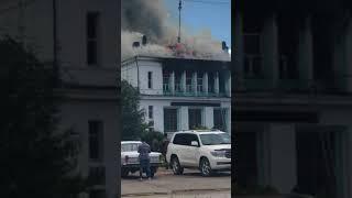 Пожар в здании бывшего речного вокзала в Усть-Куте. Огонь перешел на кровлю