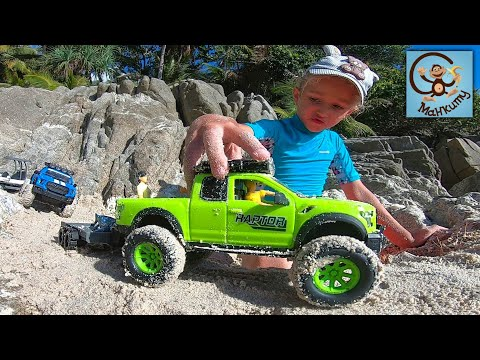 Дети и машинки игрушки. Даня и Диана играют в машинки игрушки в песке. Манкиту