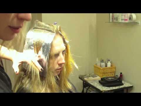 Клубничное мелирование. Тонкие светлые пряди на рыжих волосах.