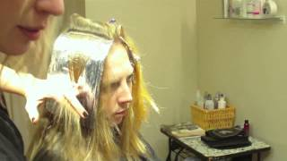 видео Клубничное мелирование. Тонкие светлые пряди на рыжих волосах.