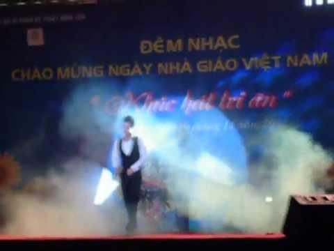Ca sĩ Đăng Khôi hát trong đêm ca nhạc trường Đại Học SPKT HƯNG YÊN
