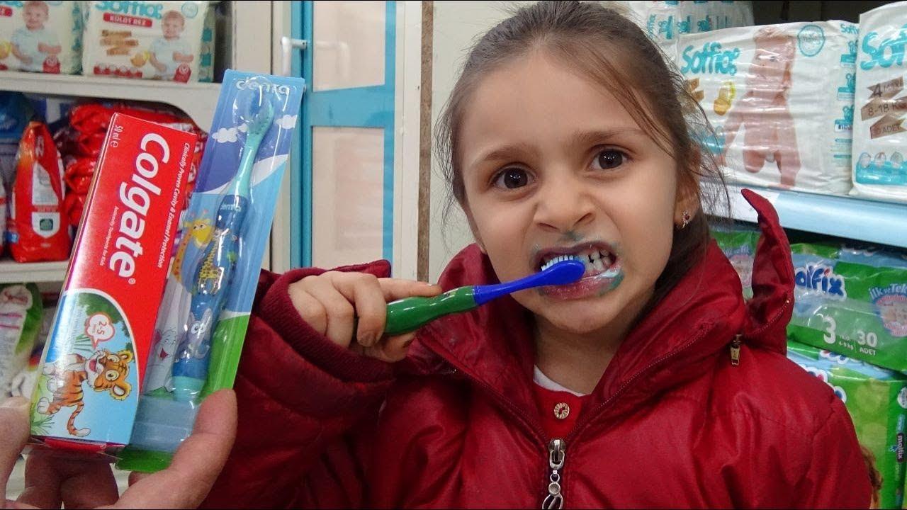 Efe yeni diş fırçasını çok sevdi. Yemeklerden sonra dişlerini fırçaladı.