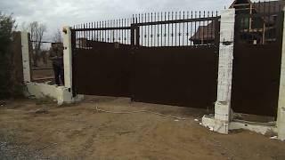 видео Что такое распашные ворота из сэндвич панелей