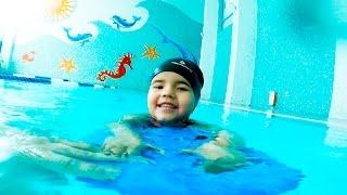 Бассейн. Как научиться плавать. Дети и родители. Have a fun in swimming pool Настя Шоу(Учимся плавать в бассейне самостоятельно. Проводим весело время в бассейне, с пользой для здоровья ребенка..., 2016-03-07T07:58:12.000Z)